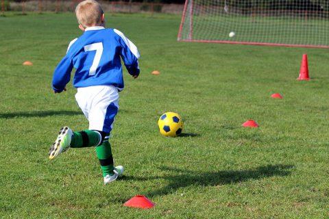 Otroci igrajo nogomet